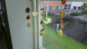 Höstlöven hänger fint i fönstret